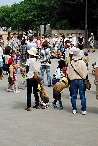 門口前廣場,很多人在集合,應該是親子旅遊之類的..