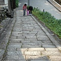 走上這段之字石階,就是和平老街了