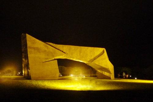 夜訪朱銘美術館。太極拱門
