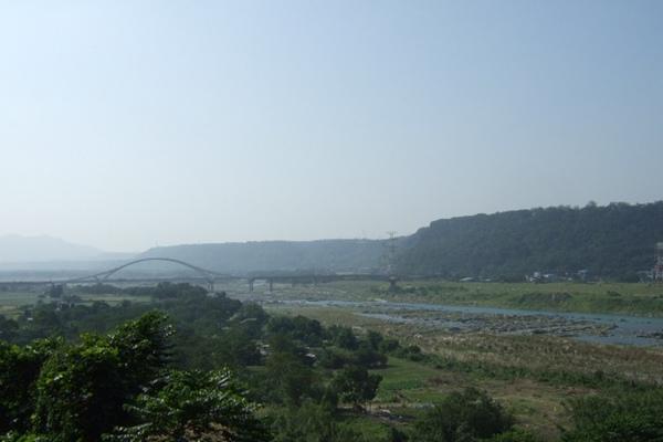 橫跨大漢溪之崁津橋。公園視野真好。