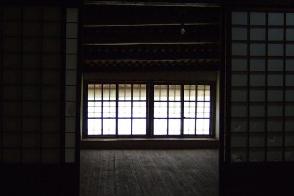 蔡泉盛號。樓裡窗格