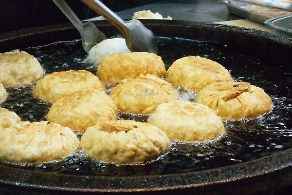 三星蔥餅。下鍋炸成金黃,被包覆的蔥末遇熱釋出香甜