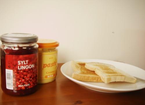 果醬早餐。烤吐司