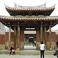 Apr. 25, 2010(99) 喜歡龍山寺的清淨閒適。(鹿港小鎮)