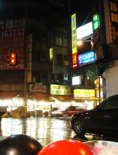 May. 10 大口享用爌肉飯時,雨下得大,但很快的也停了。