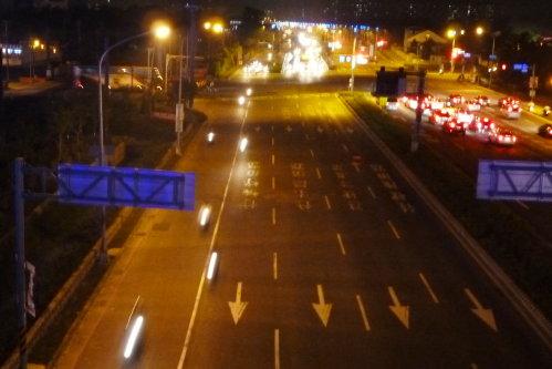 高雄。輕旅行|翠華橋。橋下的車行川流不息.