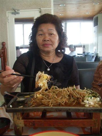 阿姨說沒吃過鐵板餐,來一份吧!