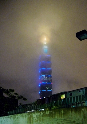 這天霧茫茫的台北101