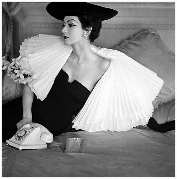 dovima-1956-in-jacques-fath-1912-1954-robe-du-soir-paletot-et-chapeau-c3a0-larges-bords-la-collerette-c3a0-trois-c3a9paisseurs-dorgandi-plissc3a9-sc3a9vase-sur-un-paletot-et-adoucit-l