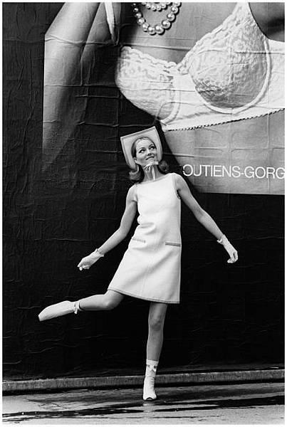courrc3a8ges-1965-devant-une-affiche-pour-les-soutiens-georges-rosy-photo-pierre-boulat