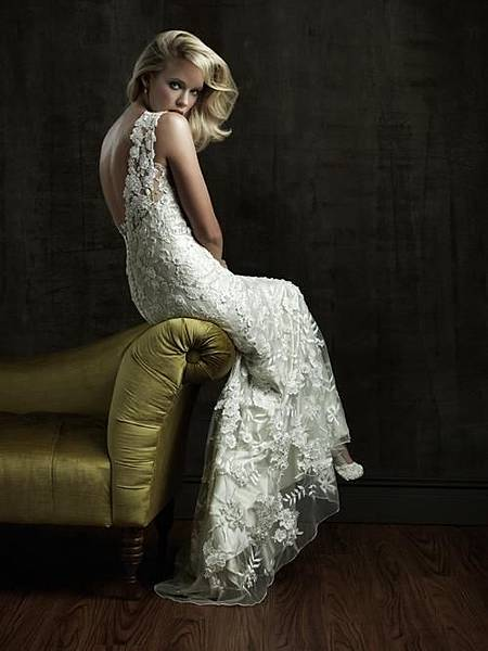 fc4bd350823c7c9b_weddingdresses2011-onsugar-com_open-back-lace-wedding-dresses-2011