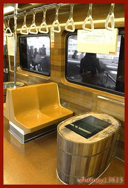 往新北投的捷運車廂內,有溫泉形狀的導覽桌面