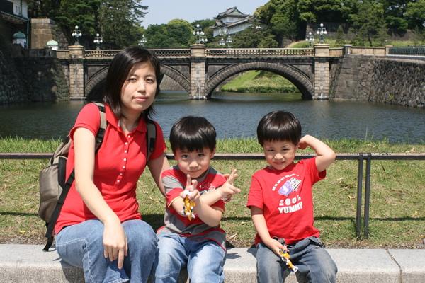 皇居二重橋-母子2.JPG