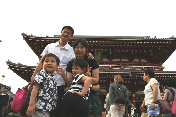 淺草觀音寺-叮噹一家與弟弟.JPG