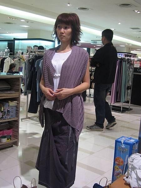 媽咪試穿衣服時很認真喔!