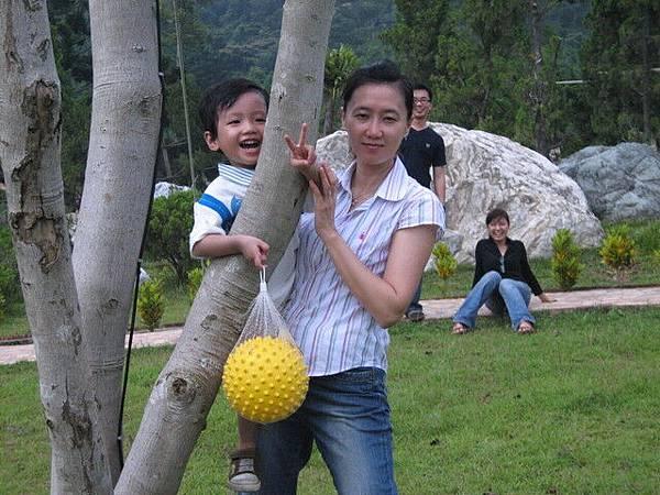 跟媽咪拍一張猴子上樹!