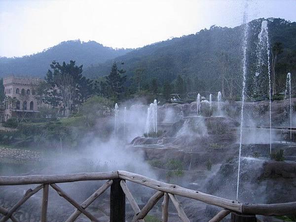 古堡一景--霧茫茫的噴泉