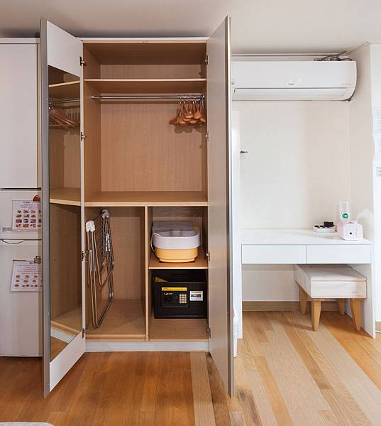 衣櫥(曬衣架,泡腳機,保險櫃)(此房型的吸塵器在窗邊)