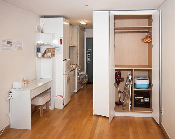 衣櫥(吸塵器,曬衣架,泡腳機,保險櫃)