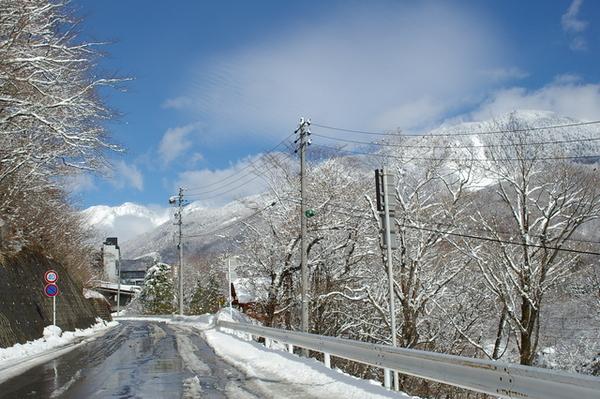 往奧飛彈的路上雪更多,地面也結冰