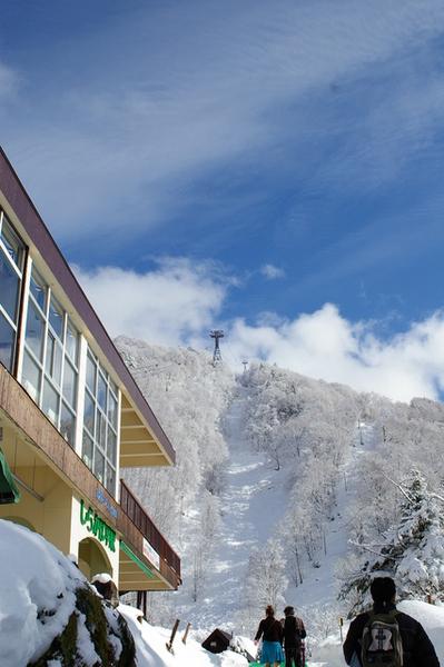 登山纜車第一段到鍋平高原口 (共四分鐘 標高1350公尺)