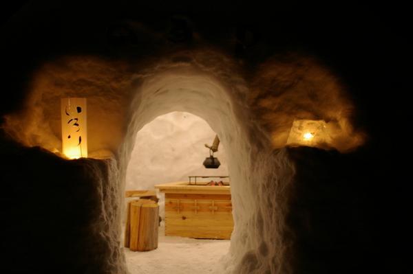 每個雪窯洞裡都有熱哄哄的燒爐喔