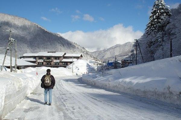 步行在被雪覆蓋的馬路