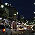 夜幕低垂的高山市街景