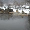 露天溫泉隔著小小溪 旁邊就是山