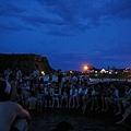 溫泉旁等日出的人群(現在是早上5點不到)