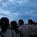 同伴們等待日出的背影