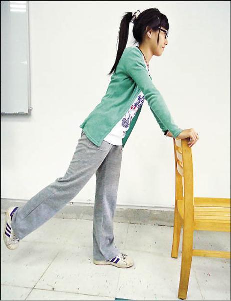 站姿大腿後踢運動