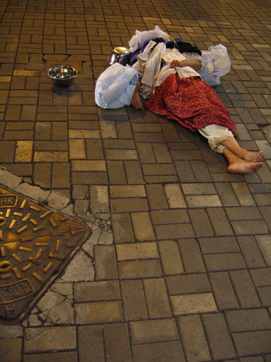 [916-中環]睡在行人道正中央的流浪漢