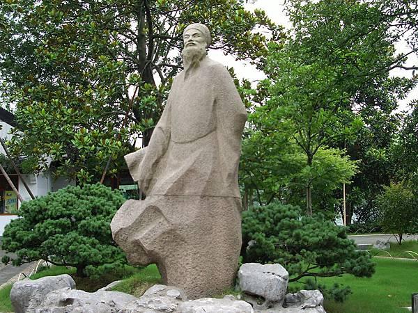 西湖畔雕像