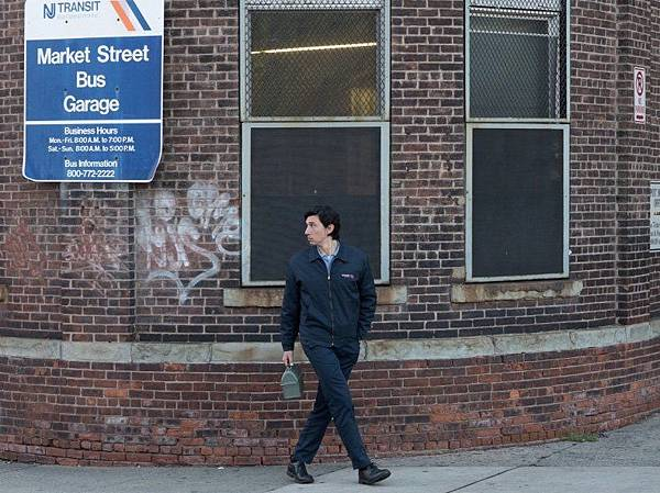 paterson-2016-005-adam-driver-in-uniform-walking-outside-bus-garage_0.jpg
