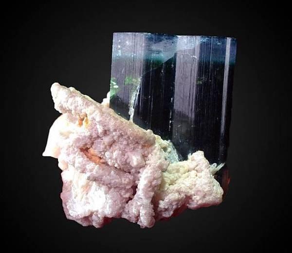 巴基斯坦紫頭電氣石與鈉長石共生