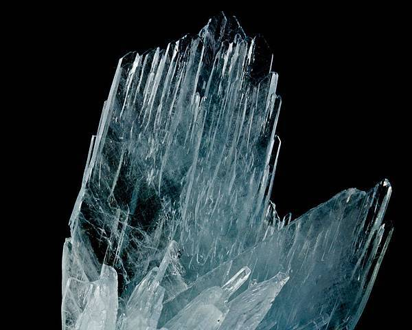 Sharply terminated transparent crystals