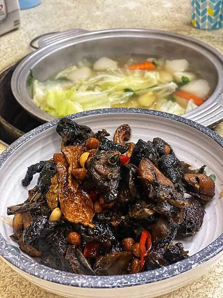 現在要找到木炭溫火燉煮的雞湯、 羊肉爐越來越少了, 五權路靠近師範學院的, #冠鴻羊雞城 就是非常推薦的一家,