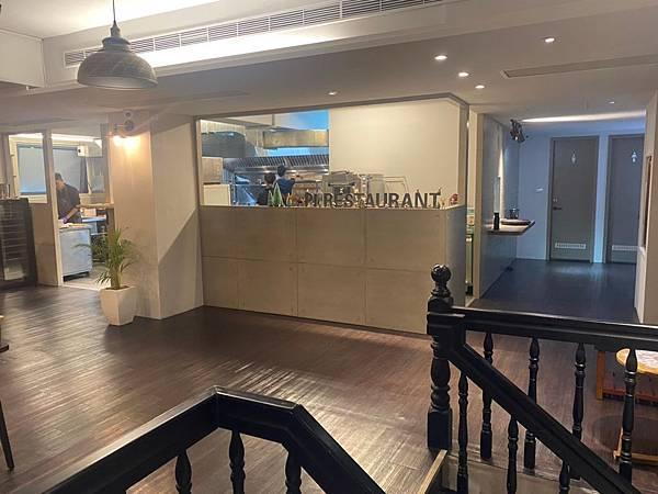 一樓販售咖啡、甜點, 二樓提供柴燒精緻法式料理。 主廚待過樂沐、Fore知名餐廳, 擅長法式、窯烤料理。