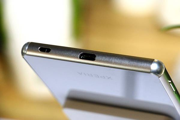 XPERIA Z3+外型-USB充電口、吊飾口