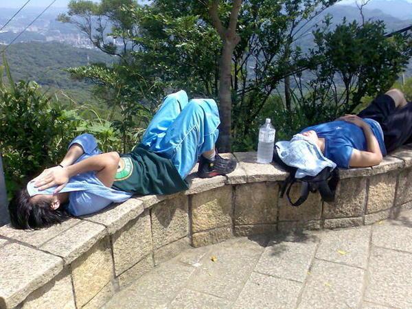 他們昏倒在山頂