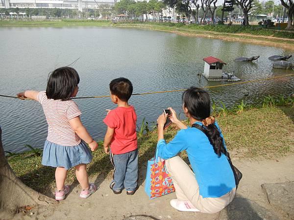橘子媽擔心均小弟被推下湖的原因.JPG