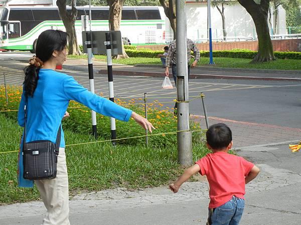 均小弟拉著媽媽去看魚
