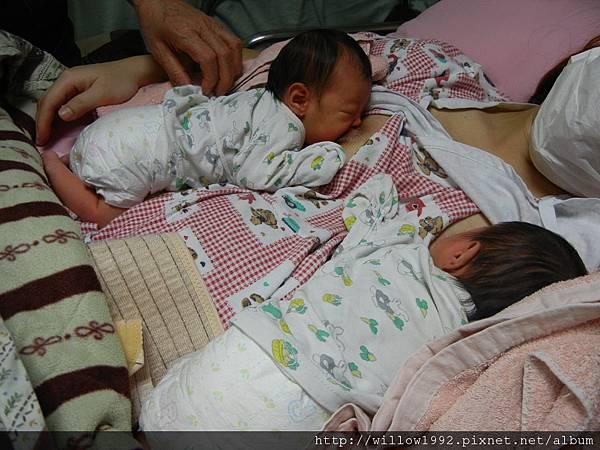 媽媽右手的是姊姊.JPG