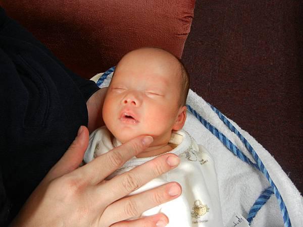 喔---早產兒很難醒.JPG