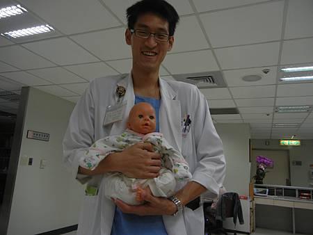 安撫寶寶助排氣是首要  這是盤腿式