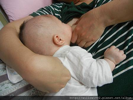 後段要加壓塑型推背  才肯好好用力吸  不然就睡或吵.JPG