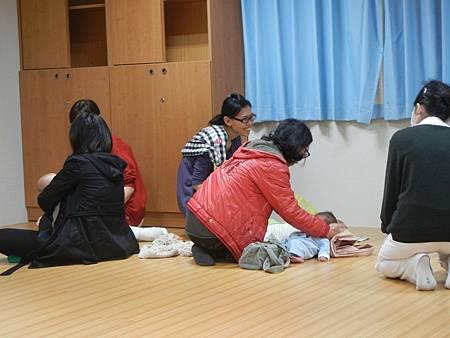 月子中的志工媽媽在另一角落幫忙.JPG