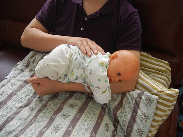 爸爸想睡時  要佈置安全環境  以免滾地上去.JPG