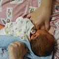 毛巾捲  三分之一在寶寶頭下支托  三分之二在背後.JPG